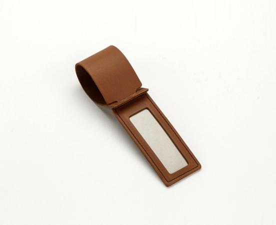 etiquette à bagage cuir-maroquinerie-lakange-labrador-article voyage cuir- porte étiquette à bagage en cuir.1