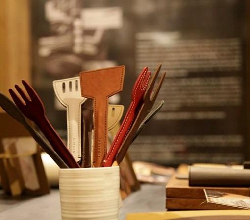 couvert-cuisine-cuir-chic-capuchon-sauve pointe-crayon-lakange-labrador14
