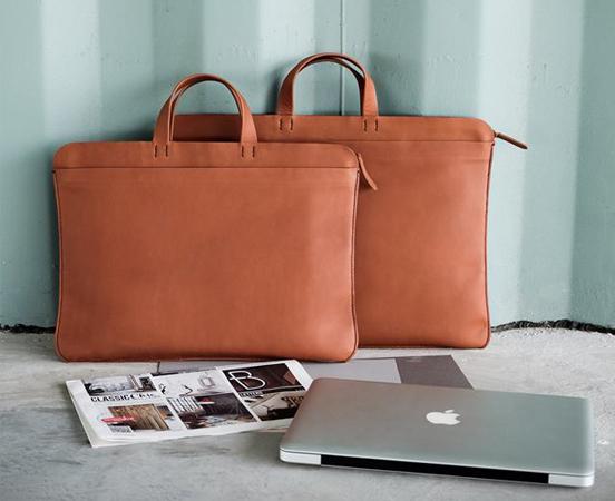 665732bae3 Sacoche en cuir pour ordinateur portable et documents. 245,00 € – 298,00 €